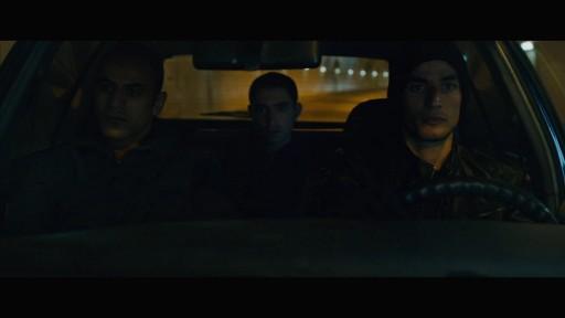 Tarek, Amjad et Omar sont dans la voiture qui les emmène au camp, concentrés.