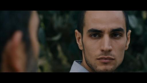 Lors des champs/contre-champs, le visage d'Omar semble être le reflet de Rami vu de dos.