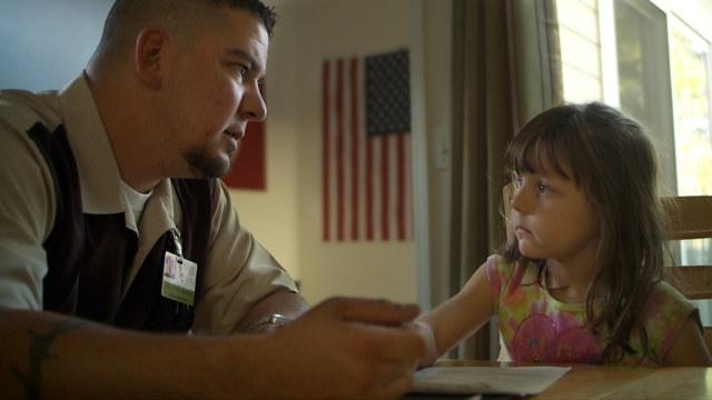 Un soldat face ´ sa fille.