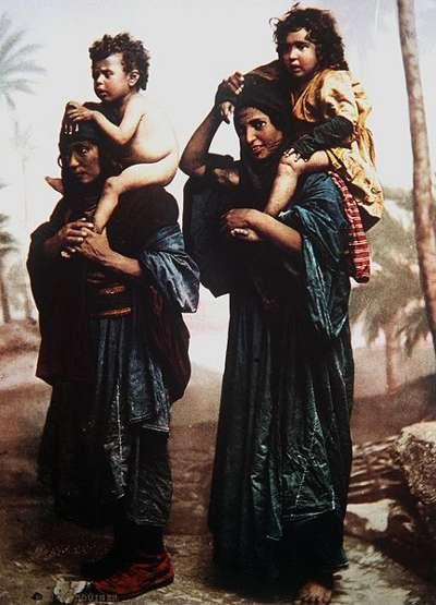Deux femmes portant des enfants sur leur dos.