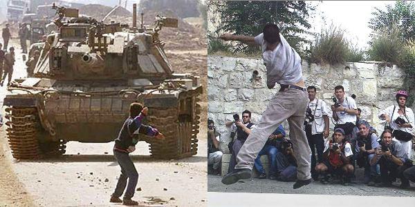 Deux jeunes hommes de dos lançent une pierre. D'un côté, le garçon est face à un char. De l'autre, face à des photographes.