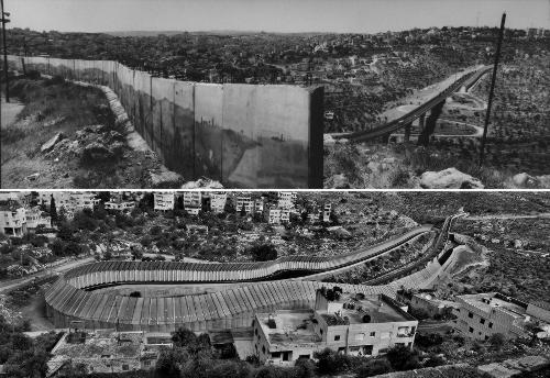 Un immense mur de béton dans un paysage vide en noir et blanc.